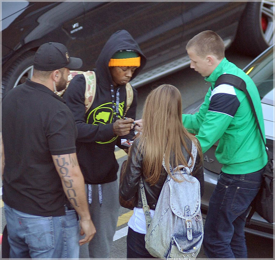 Rapper lil wayne was mobbed by fans after arriving at dublin airport
