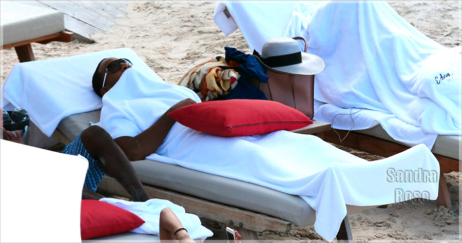 EXCLU Ludacris relaxes on the beach