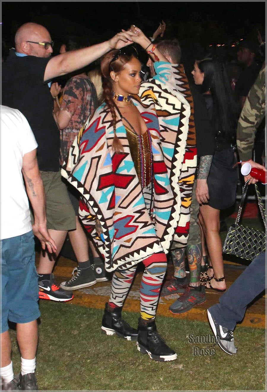 Rihanna dances at Coachella