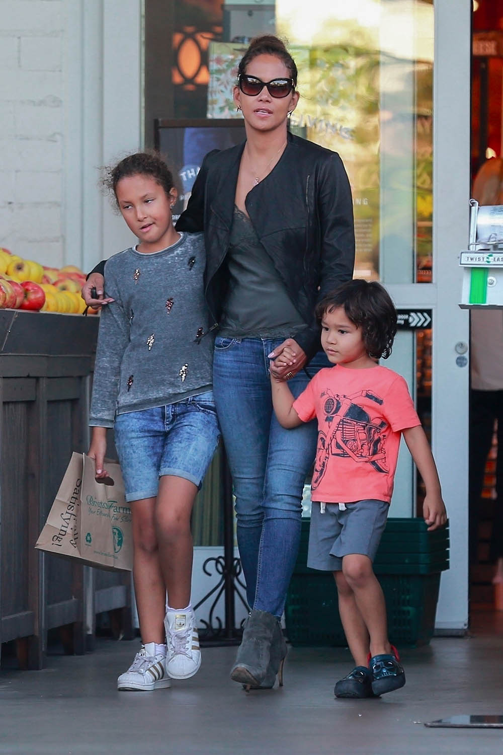 Cheers 201711celebrity Kids Halle Berry Take Maceo Nahla Shopping