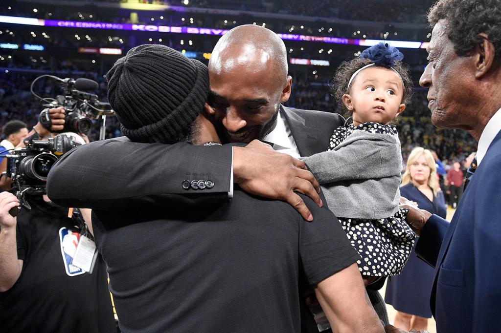 hugs  of halftime at Kobe Iverson after Bryant both Allen