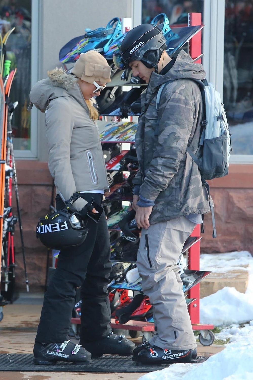le dernier 889b4 c816f Paris Hilton and her boyfriend head out for a late afternoon ...