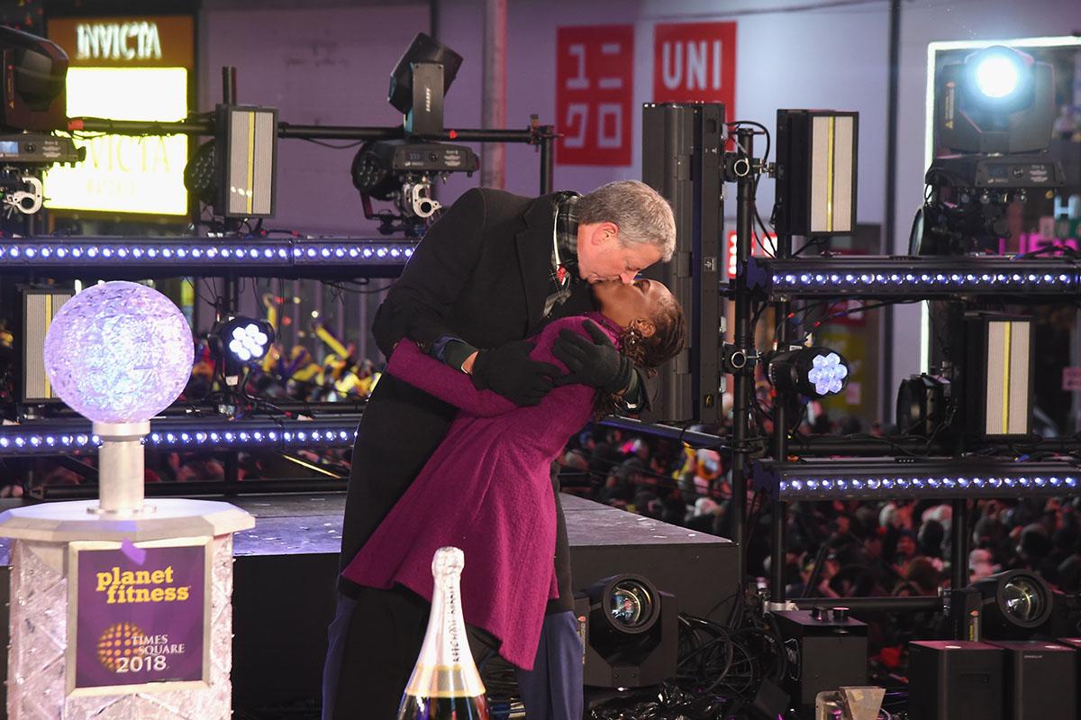 Chirlane McCray and New York City Mayor Bill de Blasio kiss onstage at the Dick Clark's New Year's Rockin' Eve