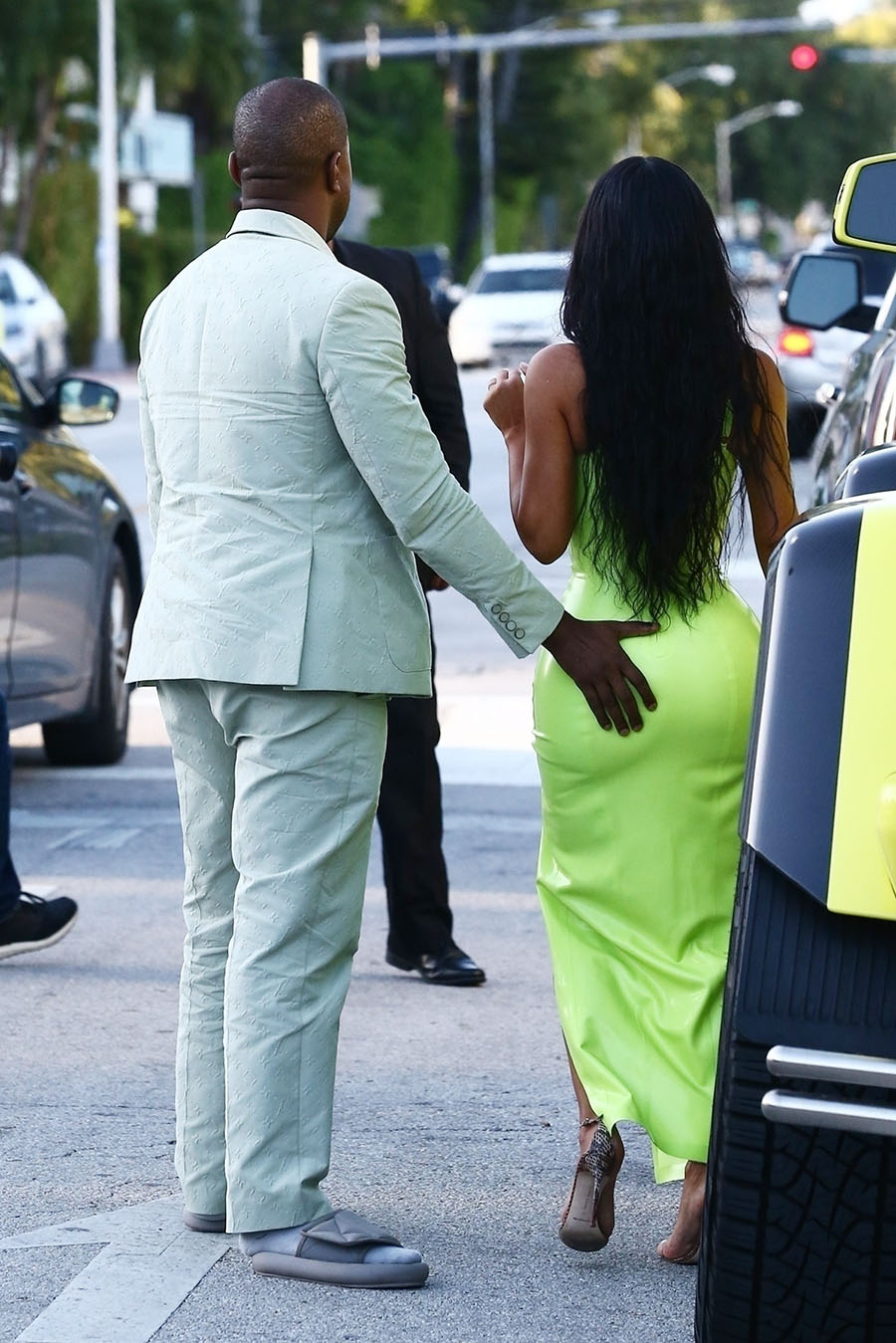 Kim Kardashian gets a helping hand from her man Kanye West ... Kim Kardashian Wedding Hair